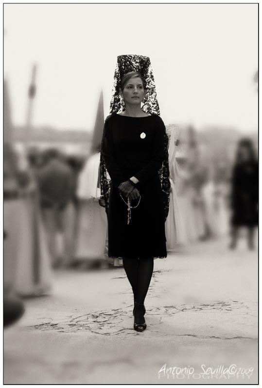 Imagen de mujer vestida de mantilla para semana santa