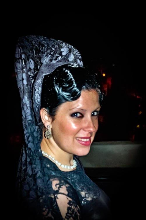 Imagen de mujer de mantilla y maquillada para Semana Santa