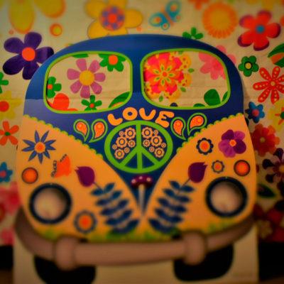 Imagen de photocall con furgonta y fondo hippie